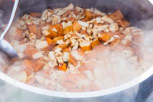 お祭り用のお煮しめを大釜で作るの写真素材 [FYI01428695]