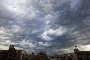 ゲリラ豪雨に襲われる街と曇天の空の写真素材 [FYI01428731]