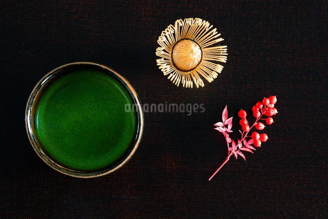 抹茶とナンテンの実の写真素材 [FYI01428747]