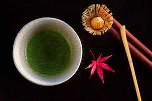 抹茶と紅葉したカエデの葉の写真素材 [FYI01428755]