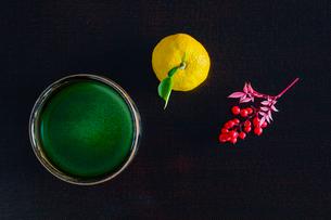 抹茶とユズとナンテンの写真素材 [FYI01428779]