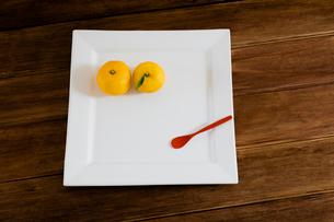 白い皿と葉のついたユズの写真素材 [FYI01428795]