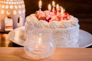 キャンドルとクリスマスケーキの写真素材 [FYI01428802]