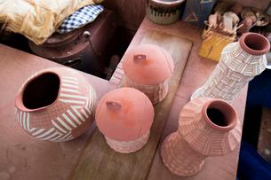 陶芸工房の釉薬をかけた素焼きの陶器の写真素材 [FYI01428811]