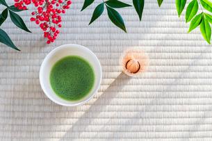 抹茶とナンテンの実の写真素材 [FYI01428825]