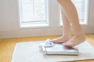 体重計にのる女性の足の写真素材 [FYI01428849]