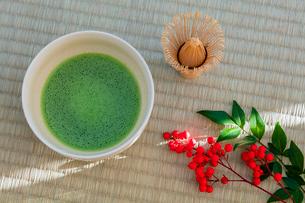抹茶とナンテンの実の写真素材 [FYI01428875]