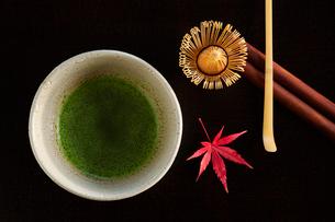 抹茶と紅葉したカエデの葉の写真素材 [FYI01428882]