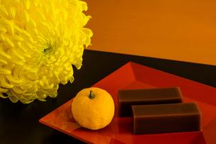 水羊羹とユズとキクの花の写真素材 [FYI01428890]