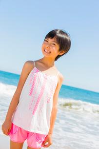 海の光が眩しそうな少女の写真素材 [FYI01428904]