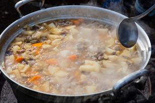 お祭り用のもつ煮を大釜で作るの写真素材 [FYI01428906]
