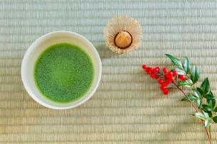抹茶とナンテンの実の写真素材 [FYI01428910]