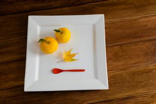白い皿とユズとカエデの葉の写真素材 [FYI01428922]