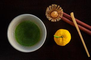 抹茶と茶筅とユズの写真素材 [FYI01428930]