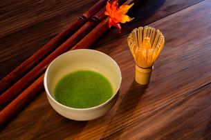 抹茶とカエデの葉の写真素材 [FYI01428960]