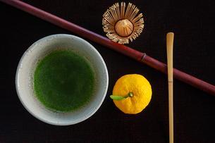 抹茶と茶筅とユズの写真素材 [FYI01428965]
