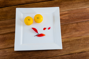 白い皿とユズとブルーベリーの葉の写真素材 [FYI01428967]
