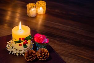 クリスマスキャンドルとヒイラギと赤いバラの写真素材 [FYI01428971]