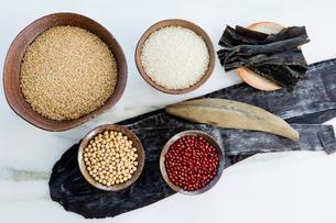 陶器の器に入った穀物と豆と海産物の写真素材 [FYI01429017]