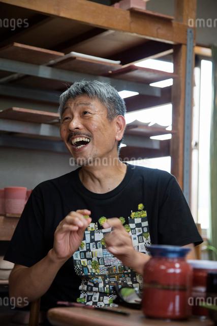 笑顔の陶芸家の写真素材 [FYI01429031]