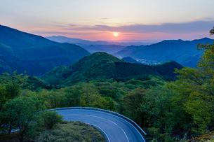 第二いろは坂と日の出の太陽の写真素材 [FYI01429092]