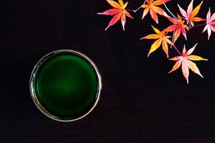 抹茶と紅葉したカエデの葉の写真素材 [FYI01429114]
