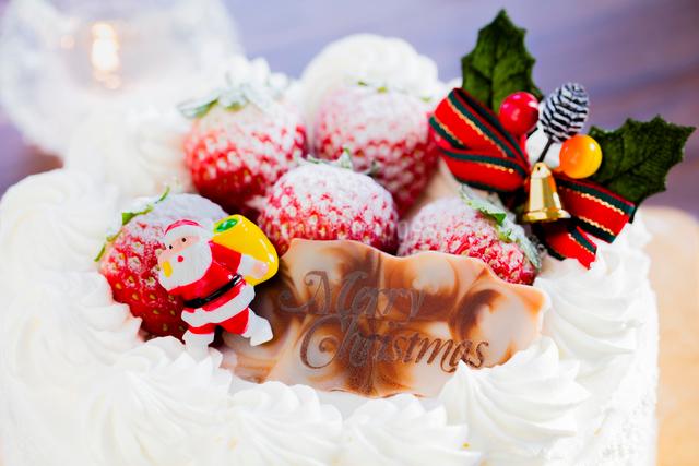 クリスマスケーキのサンタクロースとイチゴの写真素材 [FYI01429129]