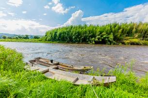 台風で増水した那珂川と木舟の写真素材 [FYI01429175]