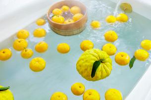 シシユズとユズの柚子風呂の写真素材 [FYI01429207]