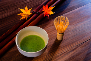 抹茶とカエデの葉の写真素材 [FYI01429304]
