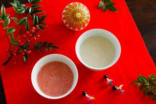 甘酒と正月小物の写真素材 [FYI01429310]