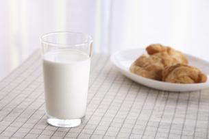 牛乳とパンの写真素材 [FYI01429360]