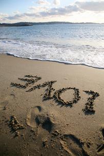 砂浜に書かれたLOVEの文字の写真素材 [FYI01429362]