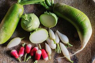 益子焼の大皿と野菜の写真素材 [FYI01429396]