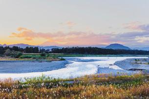 鬼怒川と夕焼けの秋空の写真素材 [FYI01429731]