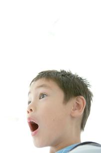 驚いた表情の男の子の写真素材 [FYI01429764]