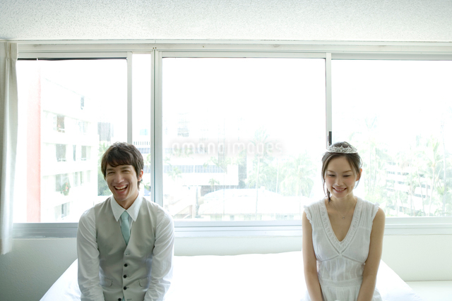 室内で笑う新郎新婦の写真素材 [FYI01429775]