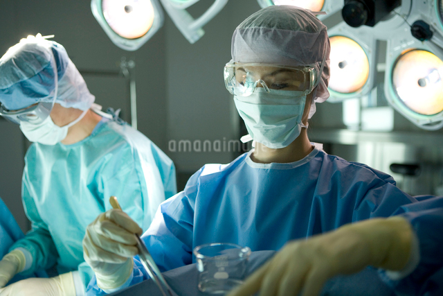 手術をする外科医の写真素材 [FYI01429840]