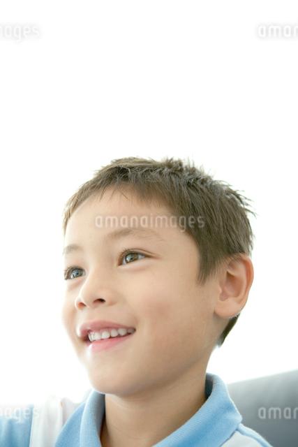 笑顔の男の子の顔アップの写真素材 [FYI01429928]