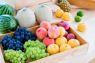 木箱に入った夏の果物集合の写真素材 [FYI01429986]