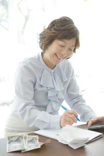 領収書を清算する50代女性の写真素材 [FYI01430237]