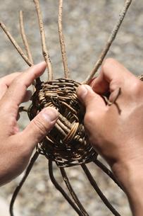 籠を編んでいる手の写真素材 [FYI01430261]