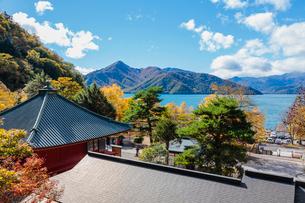 奥日光 立木観音と中禅寺湖の写真素材 [FYI01430361]
