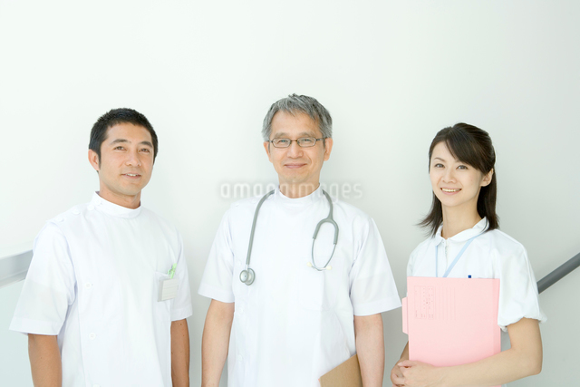 隣り合わせで立つ医師と看護婦の写真素材 [FYI01430372]