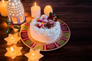クリスマスケーキとキャンドルの写真素材 [FYI01430408]