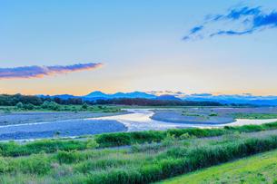 夕暮れの日光の山並みと鬼怒川の蛇行の写真素材 [FYI01430503]