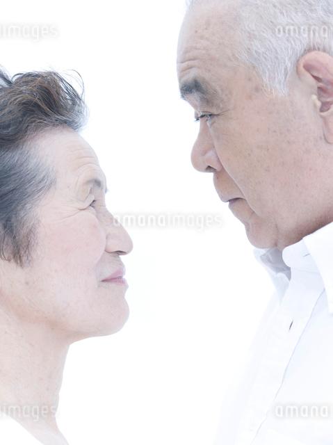 見つめ合うシニアのカップルの写真素材 [FYI01430567]