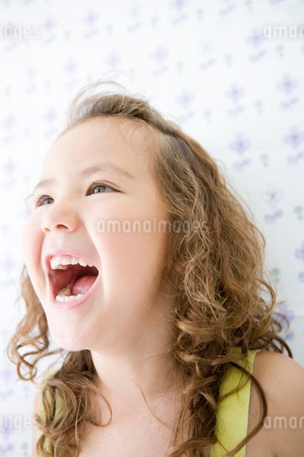 大きく口を開ける女の子の顔アップの写真素材 [FYI01430593]