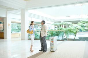 旅先で話し合う夫婦の写真素材 [FYI01430617]
