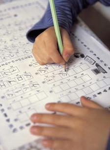 鉛筆を持つ子供の手の写真素材 [FYI01430656]